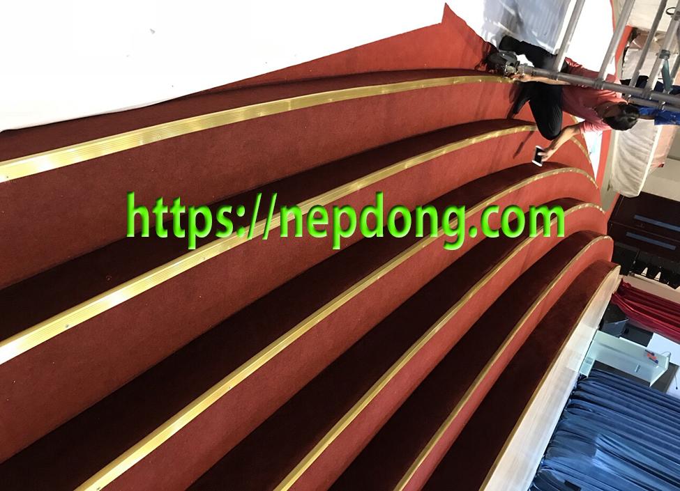nẹp đồng chống trơn cầu thang